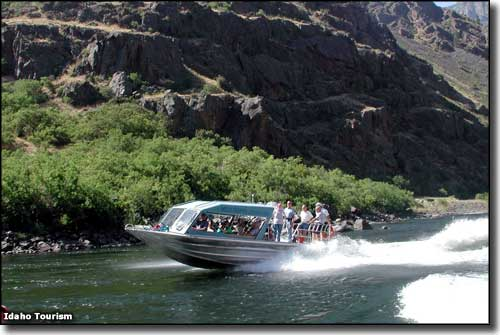 A tour boat at Hells Canyon State Park